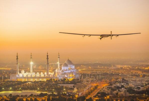 Самолет Solar Impulse 2 выполняет испытательный полет над Абу-Даби. Фото: AFP / EastNews