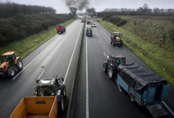 Протест фермеров на трассе А84 против падения цен на их продукцию и кризиса в аграрном секторе. Фото: Damien Meyer/AFP/EastNews