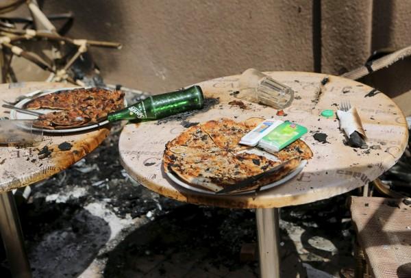 Терраса ресторана Cappucino после нападения террористов. Фото: Joe Penney / Reuters