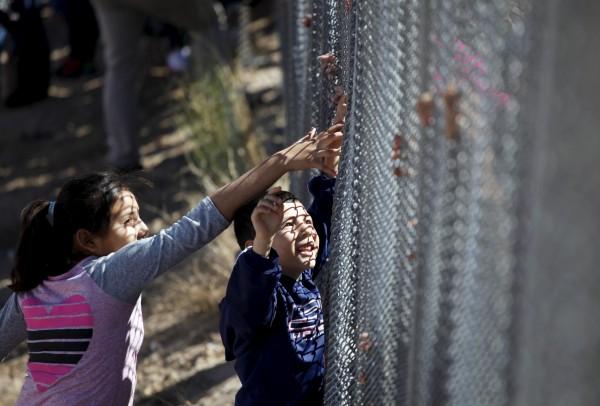Мексиканские дети встречаются с работающими в США родителями на границе двух государств. Фото: Jose Luis Gonzalez/Reuters