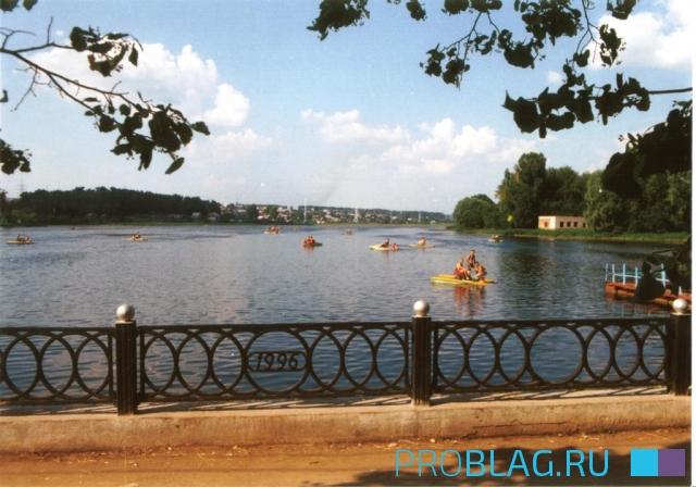 Городской пруд с катамаранами